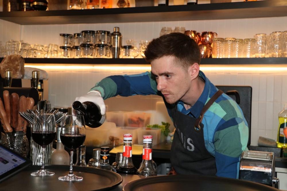 Luc en charge du Bar